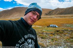 Hinter mir der Versuch, unseren im Hochland von Tibet festgefahrenen Bus wieder in die Spur zu bekommen