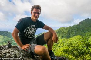"""Auf dem Gipfel von """"The Needle"""" (381 m) dem höchsten Berg der Cook Islands auf Rarotonga"""