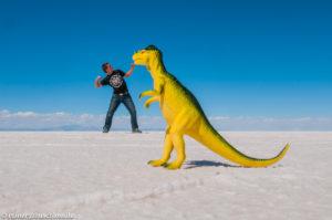 Kampf dem Dino auf dem Salar de Uyuni, dem auf 3650 m hoch gelegenen Salzsee in Bolivien
