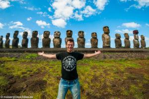 Vor den Moai von Ahu Tongariki auf der Osterinsel, Chile