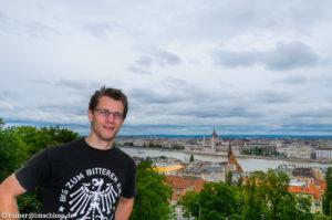 Über Budapest mit dem an der Donau gelegenen Parlamentsgebäude