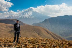 Im Hintergrund der 5610 m hohe Damavand im Iran