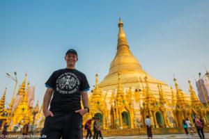 Vor der Shwedagon-Pagode in Yangon, Myanmar