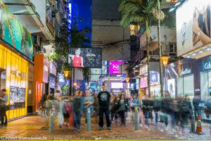 Auf den Straßen von Hongkong im späten Treiben